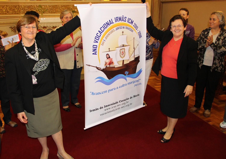 Irmã Marlise recebe banner com o logo do Ano Vocacional ICM