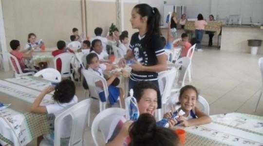 Puríssimo entrega doação de chocolates aos atendidos da Casa das Crianças