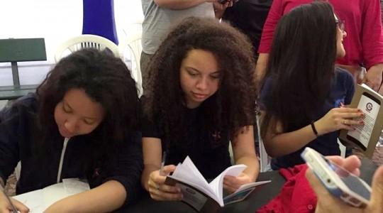 Alunos do Colégio Glória lançam livro na Feira do Livro de Porto Alegre
