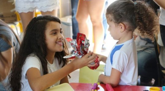 Alunos do Puríssimo entregam ovos de páscoa em entidades de Rio Claro