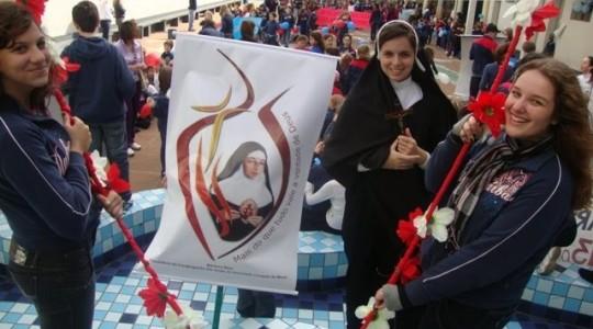 Colégio Madre Bárbara mobiliza alunos e envolve a comunidade em caminhada por Bárbara Maix
