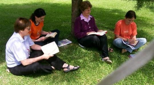 Irmãs Janice Hoefle e Fernanda Bedinotto fazem estudos para renovação dos votos