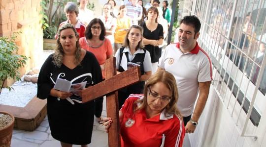 Em preparação à Páscoa de Jesus, Irmãs e colaboradores/as realizam a Via Sacra