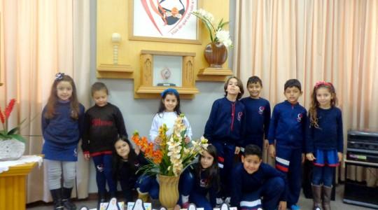 No Colégio Mãe de Deus, crianças celebram o aniversário de nascimento de Bárbara Maix