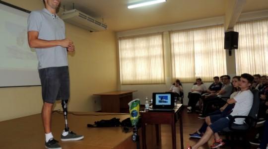 Esportista André Barbieri palestra no Colégio Madre Bárbara