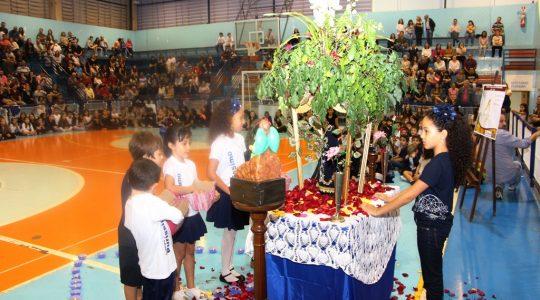 Colégio Puríssimo coroa Nossa Senhora Aparecida