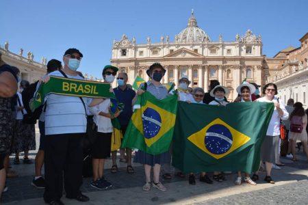 Com religiosas (os) brasileiros na Praça São Pedro, Papa Francisco envia saudação para a Semana da Vida Consagrada